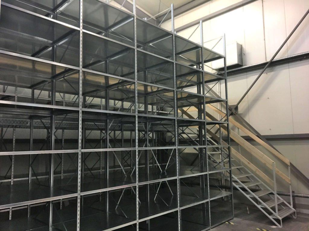 antresola magazynowa półki i schody