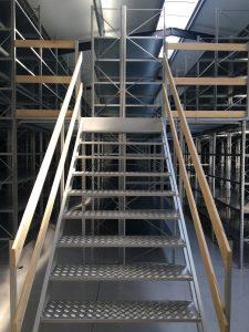 regały półkowe schody